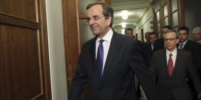 El nuevo primer ministro Antonis Samaras llega a la primera reunión del nuevo gobierno griego en el palacio presidencial, en Atenas. EFE
