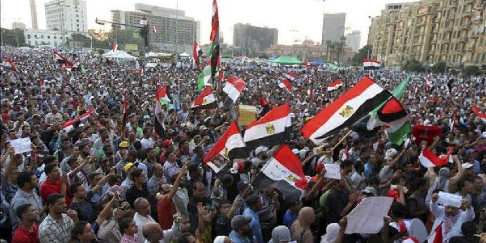 Simpatizantes del candidato presidencial de los Hermanos Musulmanes Mohamed Morsi se manifiestan en la cariota plaza Tahrir (Egipto). EFE