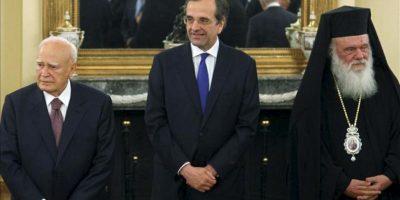 El nuevo presidente griego Karolos Papoulias (i) el nuevo primer ministro Antonis Samaras (c) y el arzobispo de Atenas y Toda Grecia, Jerónimo, durante la ceremonia de jura de cargo del nuevo gobierno heleno. EFE