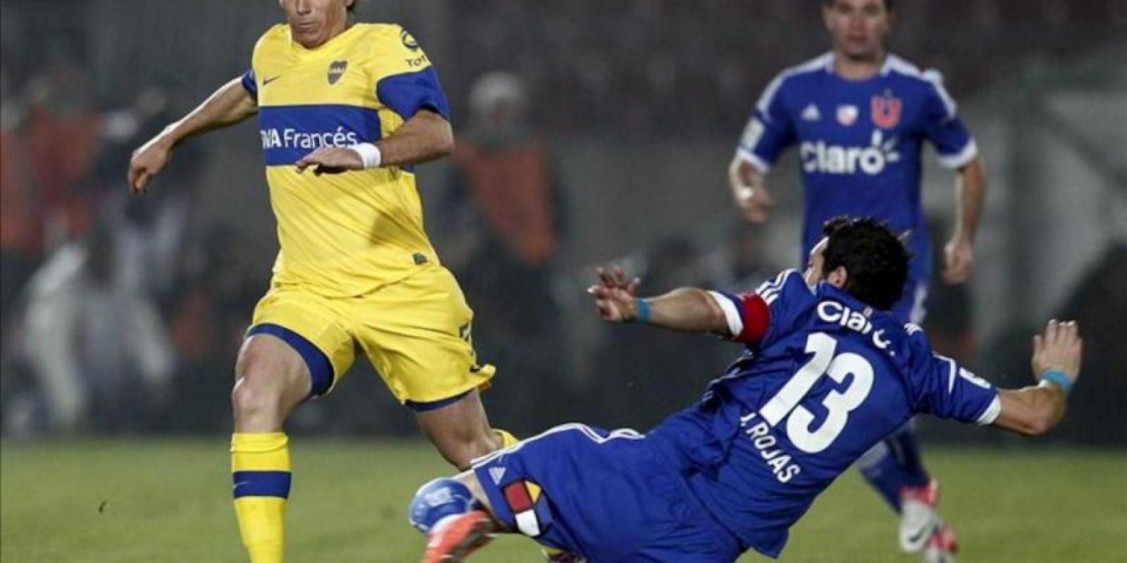 El jugador de Boca Juniors Pablo Mouche (i) es marcado por José Rojas (d), de Universidad de Chile, durante el partido de vuelta por una de las semifinales de la Copa Libertadores, en el Estadio Nacional en Santiago de Chile. EFE