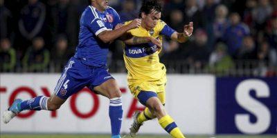 El jugador de Boca Juniors Pablo Mouche (d) disputa el balón con Osvaldo González (i), de Universidad de Chile este 21 de junio durante el partido de vuelta por una de las semifinales de la Copa Libertadores, en el Estadio Nacional en Santiago de Chile. EFE