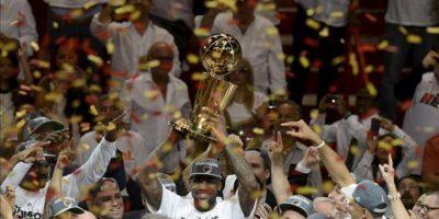 El jugador de Heat LeBron James sostiene el trofeo Larry O'Brien después de ser nombrado el jugador más valioso de la NBA este 21 de junio tras el quinto partido ante Thunder por la final de la NBA en el American Airlines Arena de Miami (EEUU). EFE