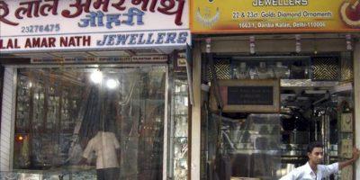 En la imagen, varios encargados de una joyería en la calle de Dariba Kalan de Nueva Delhi, donde desde hace más de tres siglos cientos de comerciantes venden piedras preciosas, plata y mucho oro. EFE