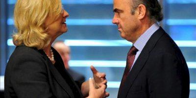El ministro español de Economía, Luis De Guindos (dcha), conversa con la ministra austríaca de Finanzas, Marís Fekter (izda), hoy al comienzo del Consejo de ministros de Economía y de Finanzas de la UE (Ecofin). EFE