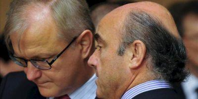 El comisario europeo de Asuntos Económicos y Monetarios, Olli Rehn (izda), conversa con el ministro español de Economía, Luis De Guindos (dcha), al comienzo del Consejo de ministros de Economía y de Finanzas de la UE (Ecofin) hoy en Luxemburgo. EFE/Nicolas Bouvy