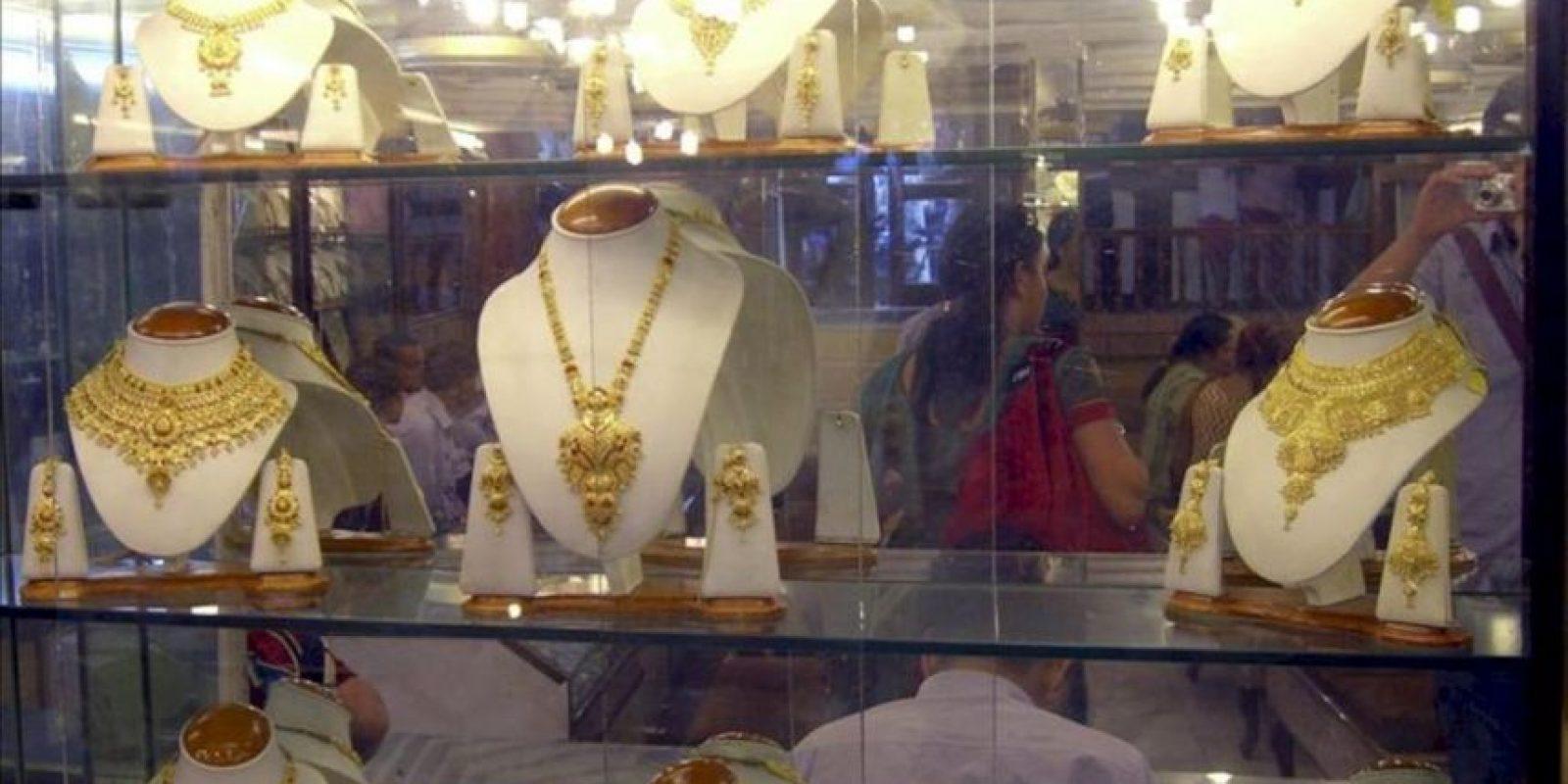 En la imagen, un expositor de collares y medallones de oro en una joyería del casco antiguo de Delhi, donde desde hace más de tres siglos cientos de comerciantes venden piedras preciosas, plata y mucho oro. Con un cuarto del consumo mundial, la India es el principal mercado del oro, un metal considerado un recurso seguro en el país. EFE
