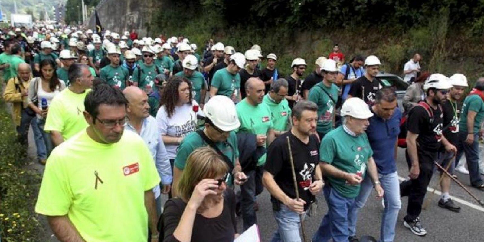 """Ochenta mineros salen hoy desde Mieres hacia Madrid en la denominada """"Marcha del Carbón"""" en el marco de la huelga contra los recortes del sector, que se sumarán a los más de doscientos que desde distintas localidades españolas cubrirán diecinueve etapas antes de llegar el 11 de julio a la capital de España, donde se llevará a cabo una manifestación. EFE"""