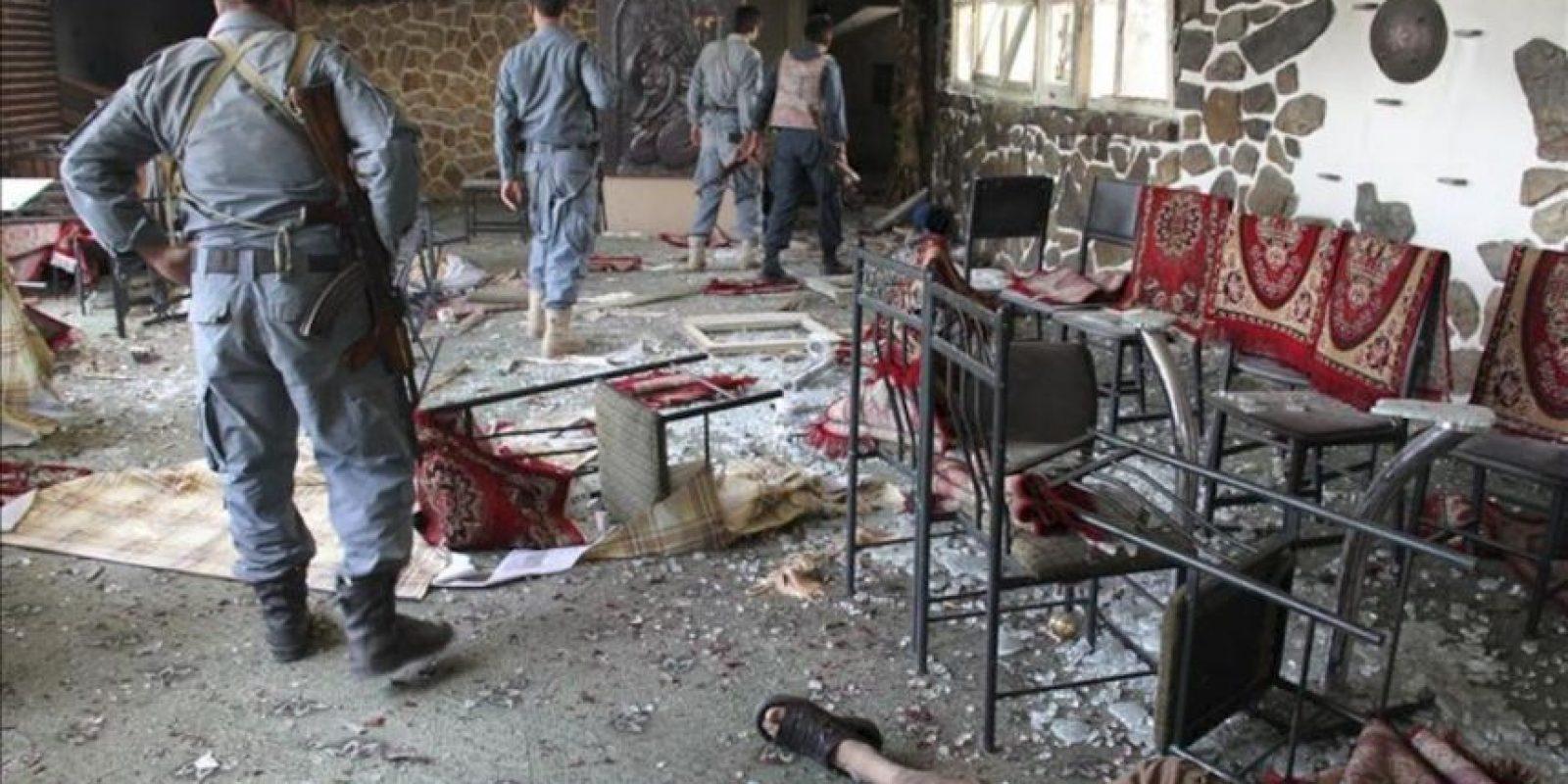 Soldados afganos inspeccionan el hotel Spozmai donde al menos 26 personas han fallecido, durante un ataque suicida en un hotel situado a las afueras de Kabul, Afganistán, hoy viernes 22 de junio. EFE