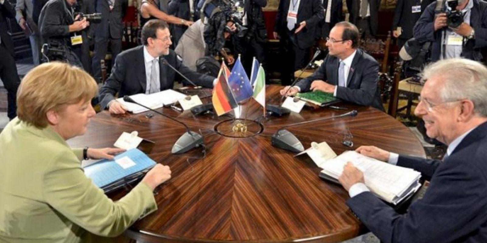 Foto facilitada hoy por la Presidencia del Gobierno español sobre la cumbre cuatripartita celebrada este viernes en Roma por la canciller alemana, Angela Merkel (1i); el presidente del Gobierno español, Mariano Rajoy (2i); el presidente francés, François Hollande (2d), y el primer ministro italiano y anfitrión, Mario Monti (1d). EFE