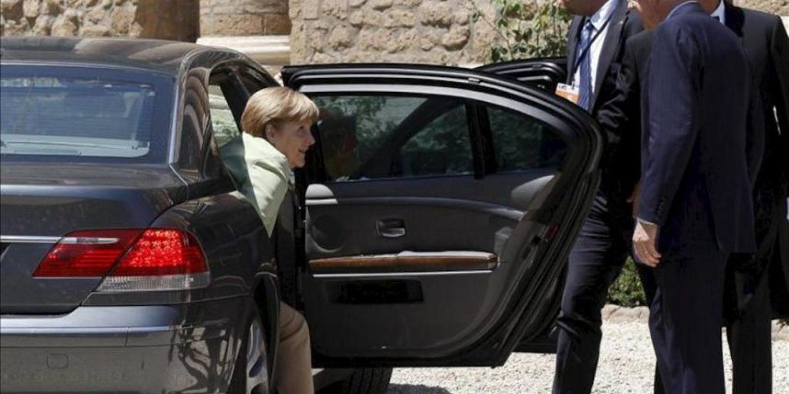 El primer ministro italiano, Mario Monti (d), recibe a la canciller alemana, Angela Merkel, a su llegada a la reunión entre los líderes de las cuatro primeras economías de la zona euro (Alemania, Francia, Italia y España) en Roma hoy. EFE