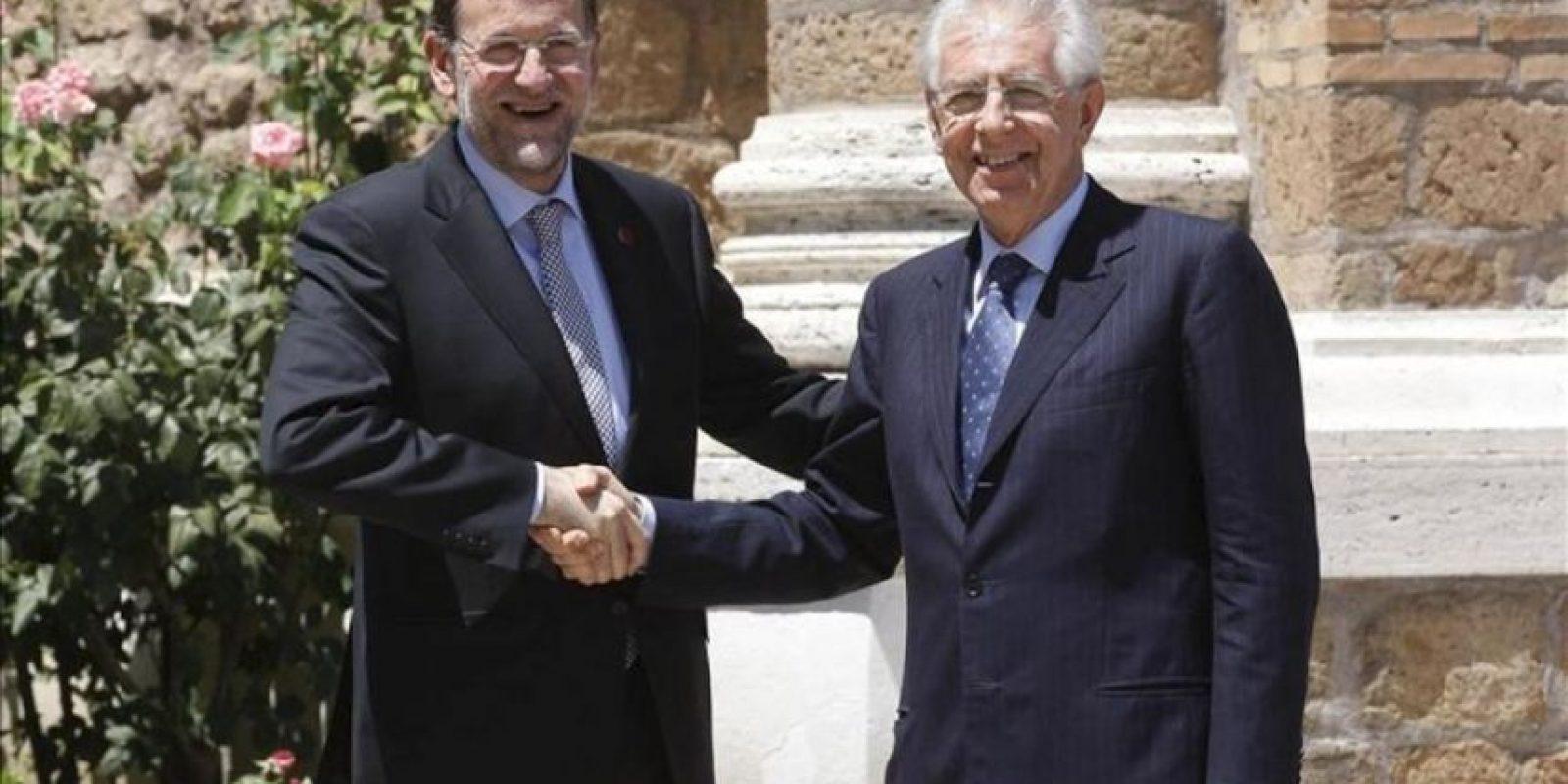 El presidente del Gobierno español, Mariano Rajoy (i), estrecha la mano del primer minitro italiano, Mario Monti, a su llegada a la reunión entre los líderes de las cuatro primeras economías de la zona euro en Roma hoy. EFE