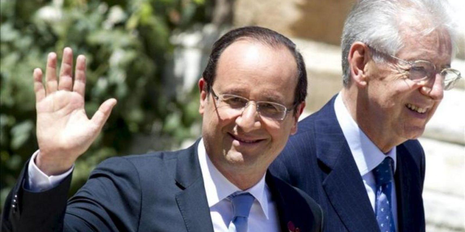 El presidente francés, François Hollande (i), saluda junto al primer minitro italiano, Mario Monti, a su llegada a la reunión entre los líderes de las cuatro primeras economías de la zona euro celebrada en Roma. EFE