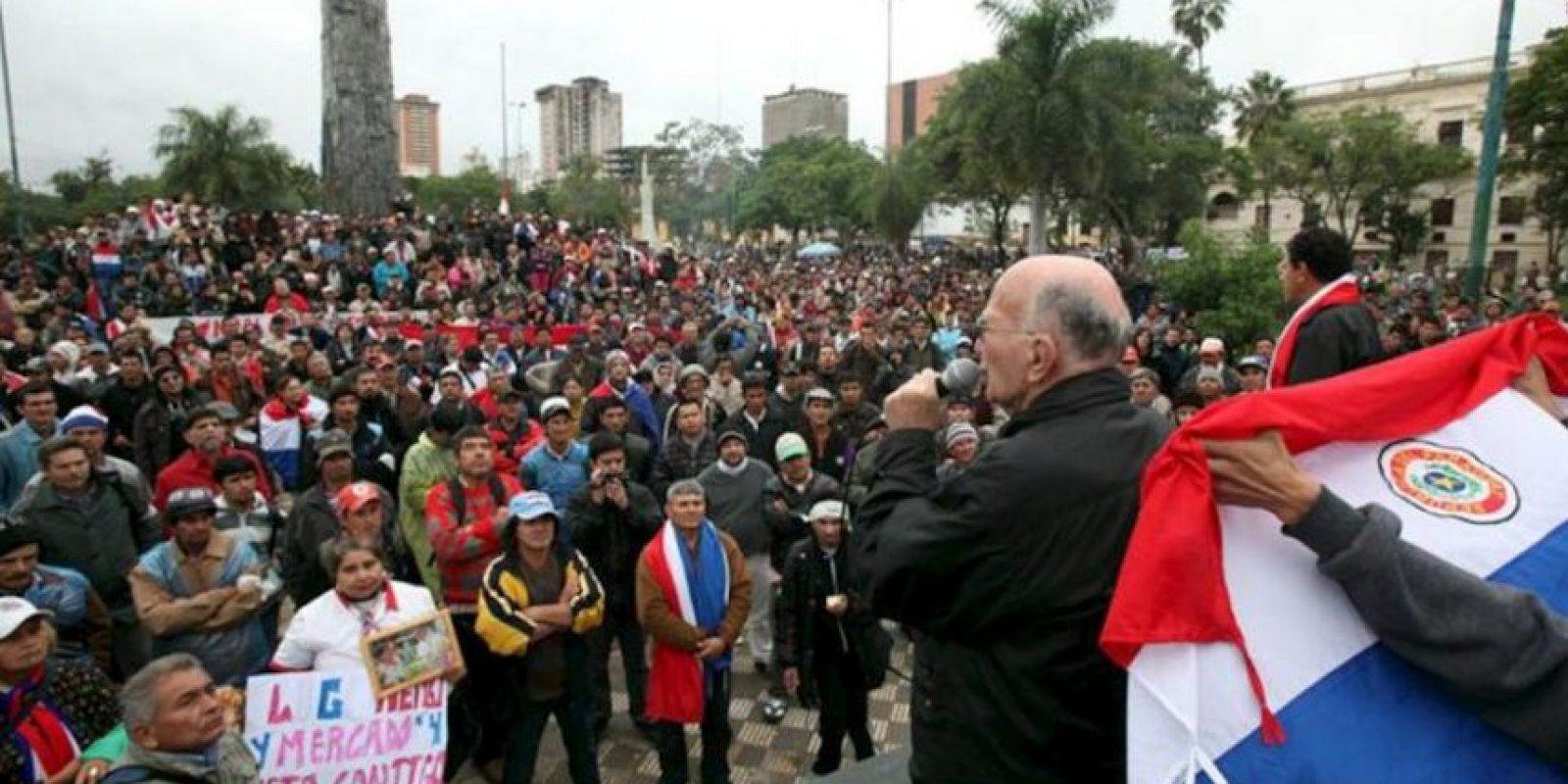 El padre Francis De Paula Oliva (d), habla a un grupo de campesinos seguidores del presidente paraguayo, Fernando Lugo, que permanecen frente al Congreso en Asunción. EFE