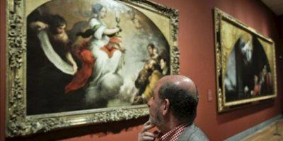 """Un visitante contempla la obra """"El triunfo de la Fe"""" (1679, óleo sobre lienzo), que forma parte de la exposición """"Murillo y Justino de Neve. El arte de la amistad"""", presentada hoy en el Museo del Prado y que muestra un conjunto de obras tardías de Murillo fruto de su relación con Justino de Neve, canónigo de la catedral de Sevilla e importante mecenas y amigo íntimo del artista.EFE"""