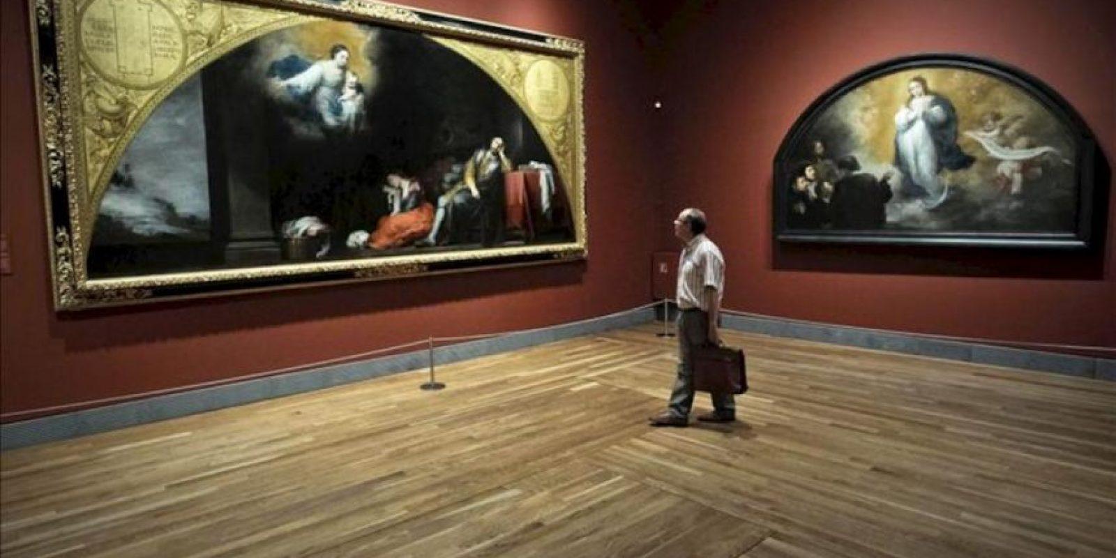 """Un visitante pasea por la exposición que el Museo del Prado ha presentado hoy con el título """"Murillo y Justino de Neve. El arte de la amistad"""", que muestra un conjunto de obras tardías de Murillo fruto de su relación con Justino de Neve, canónigo de la catedral de Sevilla e importante mecenas y amigo íntimo del artista; de iz. a dr. aparecen en la imagen las obras """"El sueño de San Patricio"""" (1664-65, Óleo sobre lienzo) y """"La Inmaculada Concepción"""" (1664-65, Óleo sobre lienzo). EFE"""
