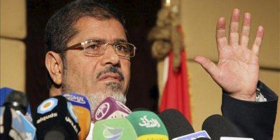 """El candidato de los Hermanos Musulmanes, Mohamed Mursi, habla en rueda de prensa, hoy viernes 22 de junio de 2012 en El Cairo, Egipto. Mursi calificó hoy de """"rumores y mentiras"""" que su agrupación esté buscando generar violencia en el país. EFE"""
