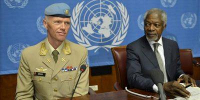 El enviado especial de la ONU para Siria, Kofi Annan (d), y el jefe de la Misión de Supervisión de la ONU para Siria (UNSMIS), el general Robert Mood (i), hablan en rueda de prensa hoy viernes 22 de junio de 2012 en Ginebra, Suiza. EFE
