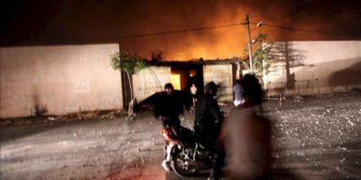 Personal de seguridad del movimiento islamista Hamás vigilan el complejo destruido de Al Saraya este sábado tras un ataque aéreo israelí en Gaza. EFE