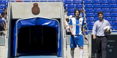 El defensa italo-argentino Diego Colotto (i) en su presentación hoy, 23 de junio de 2012, por el Espanyol en Cornellá El Prat, equipo con el que ha fichado para las tres próximas temporadas. EFE/Alejandro García