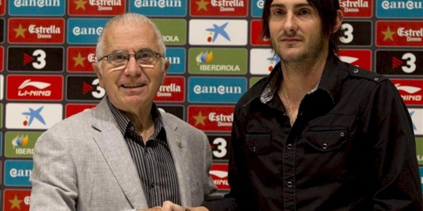 El defensa italo-argentino Diego Colotto (d) y el presidente del Espanyol Ramón Condal (i) en la sala de prensa del estadio Cornellá El Prat donde hoy, 23 de junio 2012, el jugador fue presentado tras firmar un contrato para las tres próximas temporadas. EFE/Alejandro García