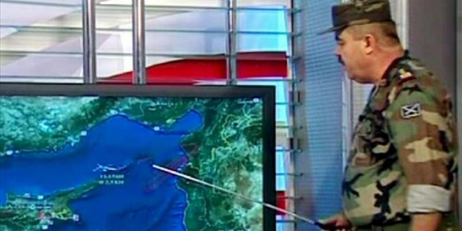 Imagen de televisión faciltiada por la agencia oficial siria SANA que muestra a un portavoz del ejército sirio explicando en un mapa el incidente con el avión turco en Damasco (Siria). EFE