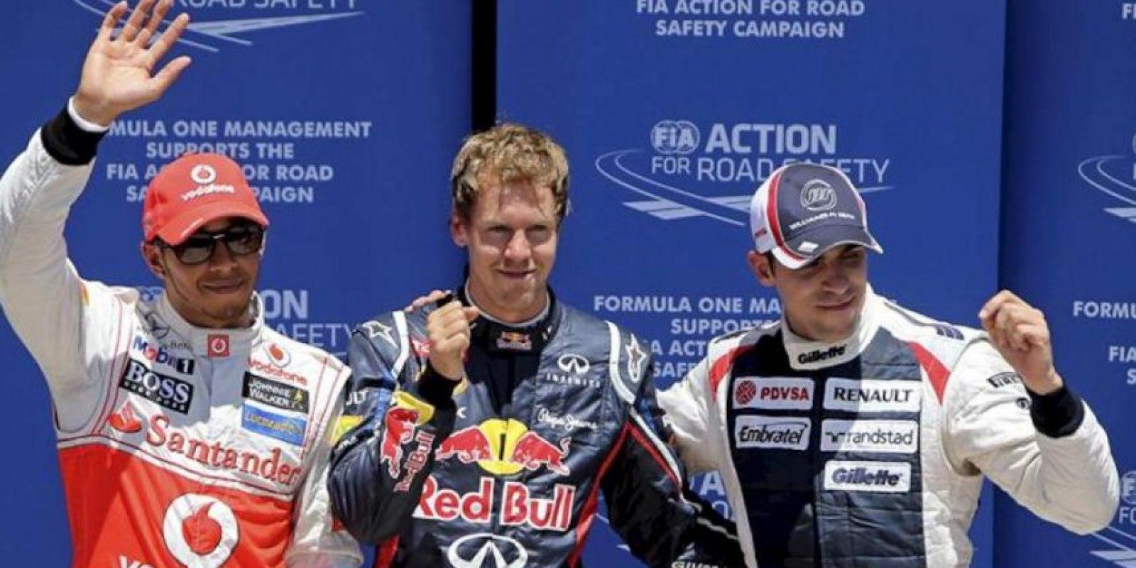 De izq. a drcha., el piloto británico Lewis Hamilton (segundo), el alemán Sebastian Vettel (primero) y el venezolano Pastor Maldonado (tercero) posan tras realizar la clasificación para el Gran Premio de Europa de Fórmula Uno que se celebra hoy, 23 de junio de 2012, en el circuito urbano de Valencia. EFE