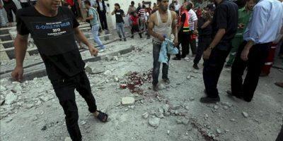 Personal de seguridad y ciudadanos palestinos observan los destrozos en recinto Al Saraya después de que fuese alcanzado en un ataque aéreo del ejército israelí en la ciudad de Gaza, hoy, sábado 23 de junio de 2012. EFE