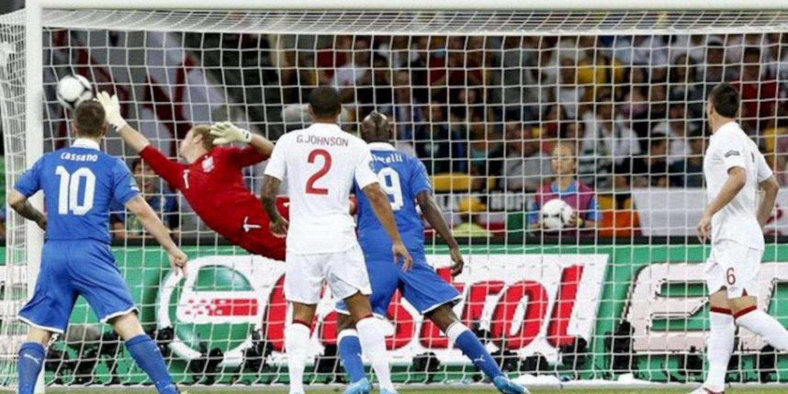 El portero inglés Joe Hart (2i) intenta detener el balón, durante el partido de cuartos de final de la Eurocopa 2012 disptuado frente a Italia, en Kiev, Ucrania. EFE