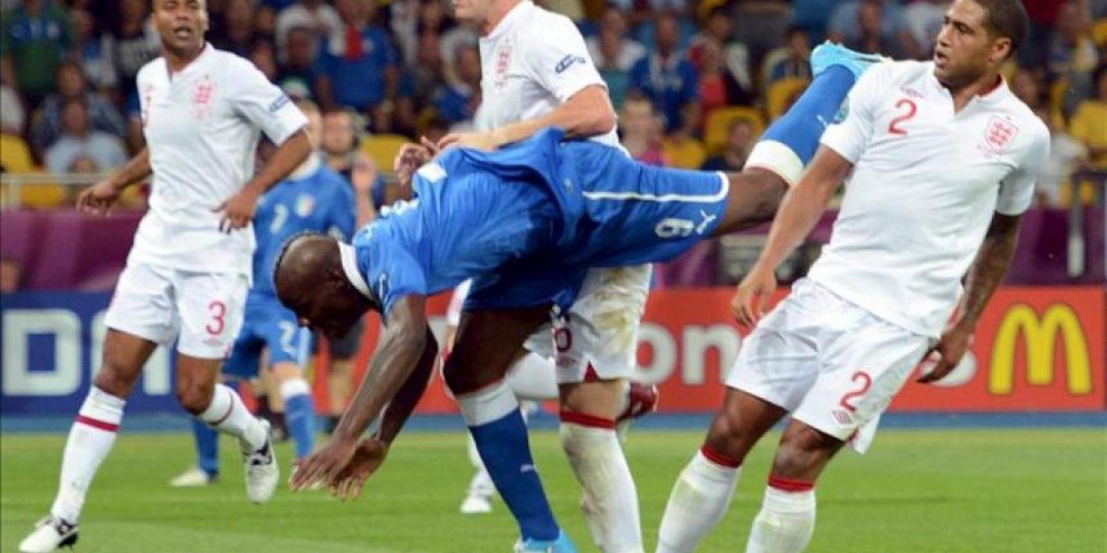 El italiano Mario Balotelli (2-d) pierde una oportunidad de anotar de cabeza ante los ingleses John Terry (2-i) y Glen Johnson (d) durante un partido por los cuartos de final del a Eurocopa 2012 entre Inglaterra e Italia en Kiev (Ucrania). EFE