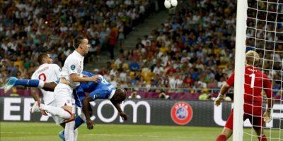 El italiano Mario Balotelli (c) trata de anotar de cabeza durante un partido por los cuartos de final del a Eurocopa 2012 entre Inglaterra e Italia en Kiev (Ucrania). EFE