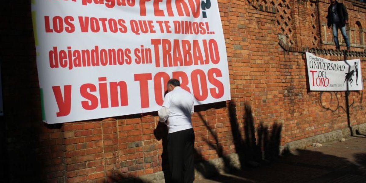 Taurinos y antitaurinos protestaron hoy en la plaza la Santamaría en Bogotá