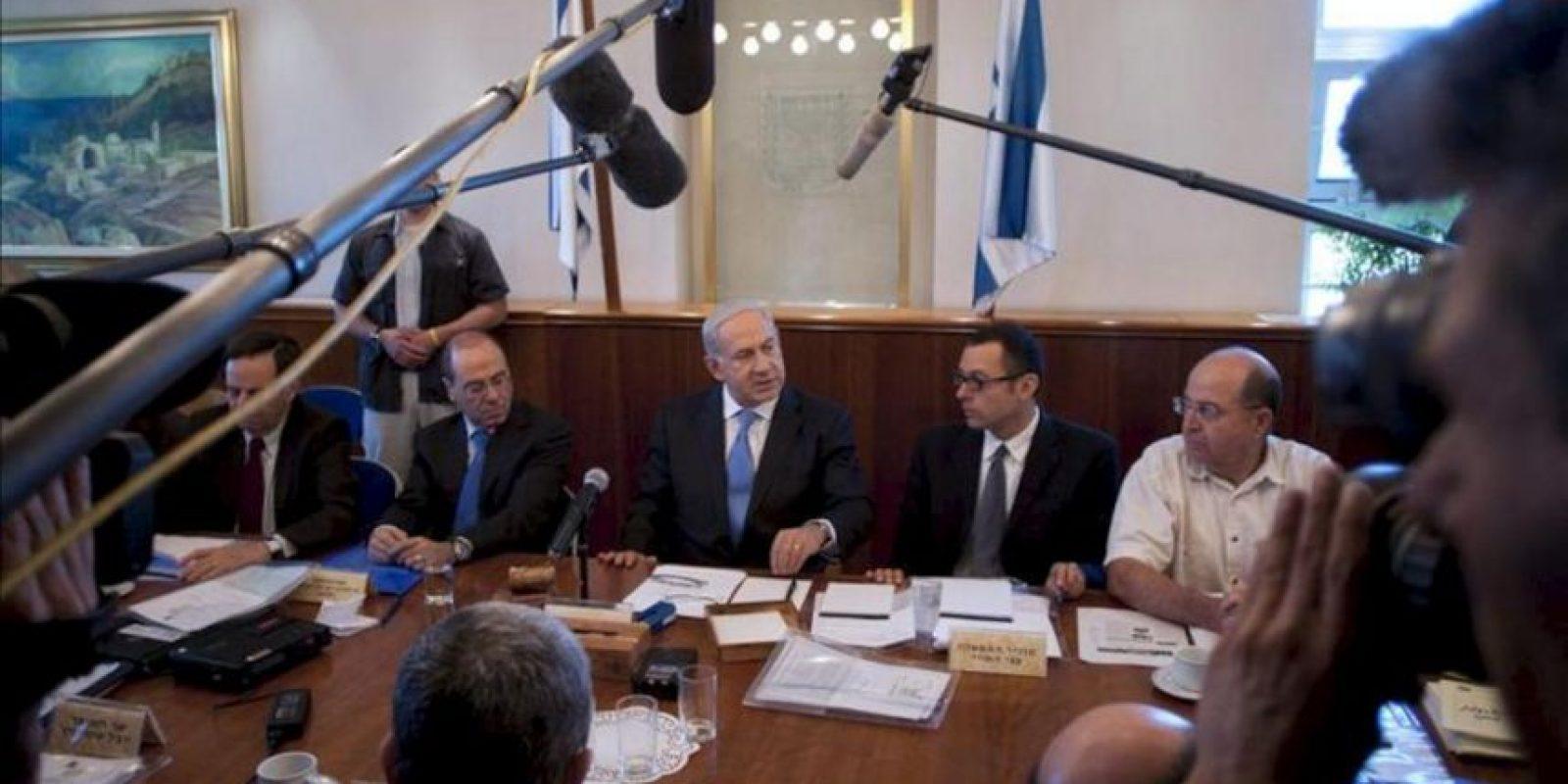 El primer ministro israelí, Benjamín Netanyahu (c), asiste a la reunión semanal del gabinete de Gobierno, en Jerusalén, Israel. EFE