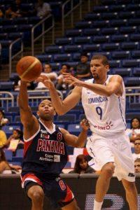 El dominicano Francisco García (d), en acción, ante Isaac St. Rose (i) de Panamá durante el partido de la semifinal de baloncesto del Centrobasket 2012 disputado en San Juan (Puerto Rico). EFE