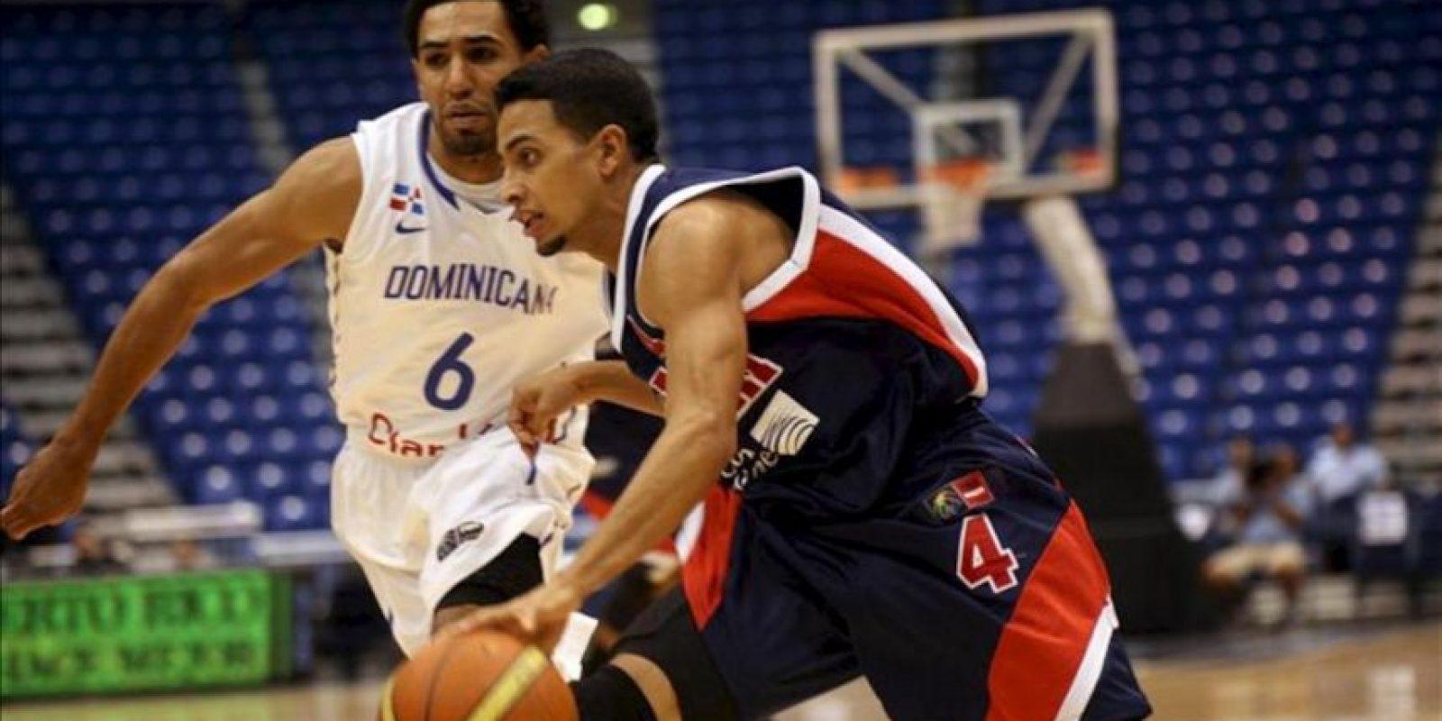 El panameño Joel Muñoz (d), en acción ante Juan Coronado (i) de República Dominicana durante el partido de la semifinal de baloncesto del Centrobasket 2012 disputado en San Juan (Puerto Rico). EFE