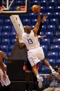 El dominicano Eulis Báez en acción durante el partido contra Panamá, en la semifinal de baloncesto del Centrobasket 2012 disputado en San Juan (Puerto Rico). EFE