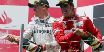 El piloto español de Ferrari, Fernando Alonso (d), celebra en el podio junto al alemán Michael Schumacher su victoria en el Gran Premio de Europa de Fórmula Uno que se ha disputado en el circuito urbano de Valencia. EFE