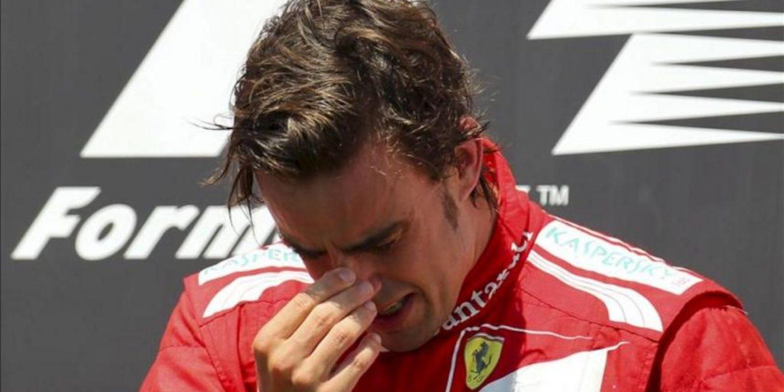 El piloto español de la escudería Ferrari de Fórmula Uno, Fernando Alonso, celebra en el podio la victoria conseguida en el Gran Premio de Europa disputado en el circuito urbano de Valencia, España. EFE