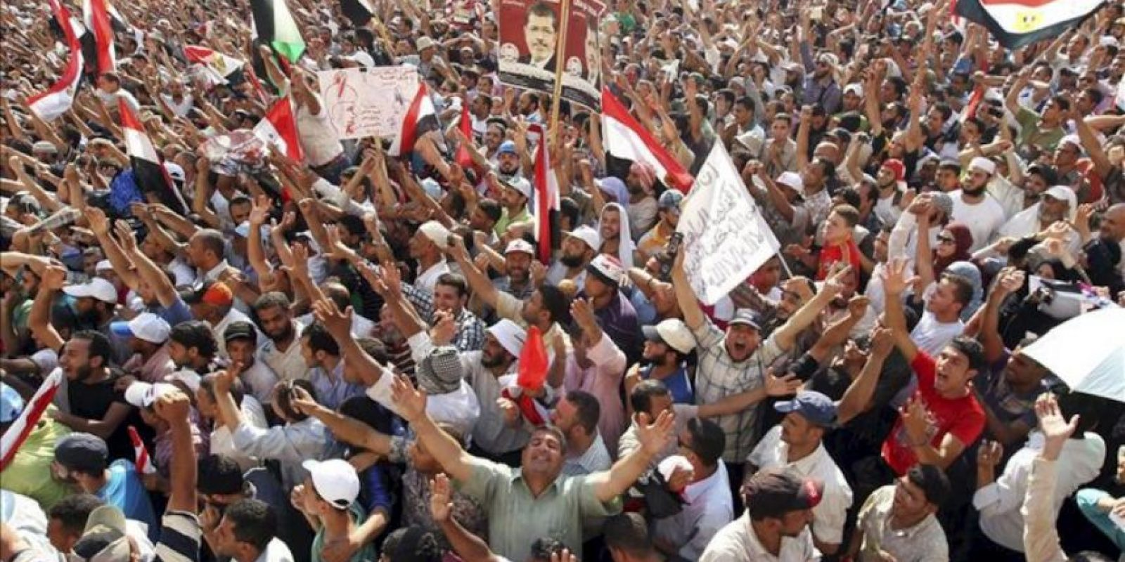 Seguidores del candidato de los Hermanos Musulmanes, Mohamed Mursi, celebran su victoria en las elecciones presidenciales en Egipto, según ha proclamado hoy la Comisión Electoral Suprema, en la plaza Tahrir de El Cairo, Egipto, el domingo 24 de junio de 2012. EFE