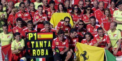El piloto español de Ferrari, Fernando Alonso, celebra junto al equipo su victoria en el Gran Premio de Europa de Fórmula Uno que se ha disputado en el circuito urbano de Valencia. EFE