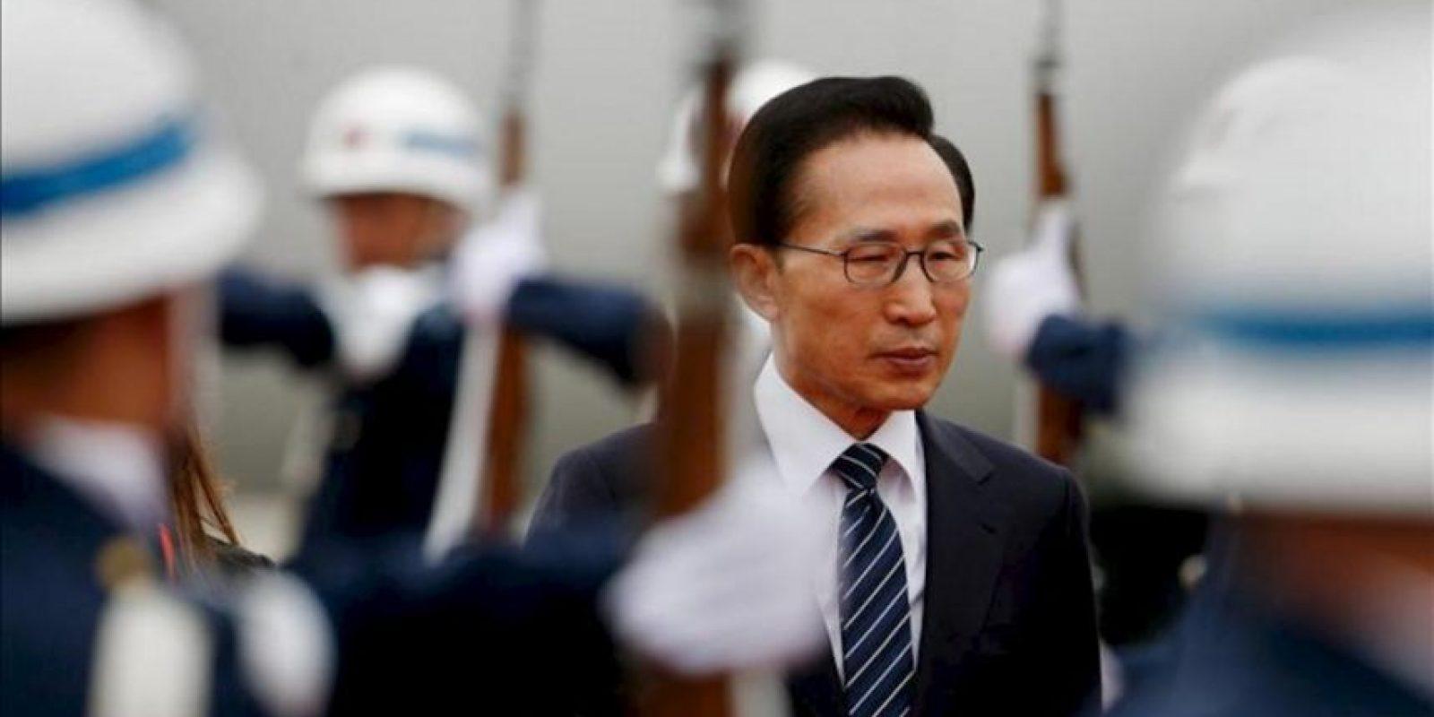El presidente de Corea del Sur, Lee Myung-bak, llega a Bogotá (Colombia) dentro de una isita de Estado de tres días que tiene como principal objetivo la firma del final de las negociaciones del tratado de libre comercio (TLC) con Colombia. EFE