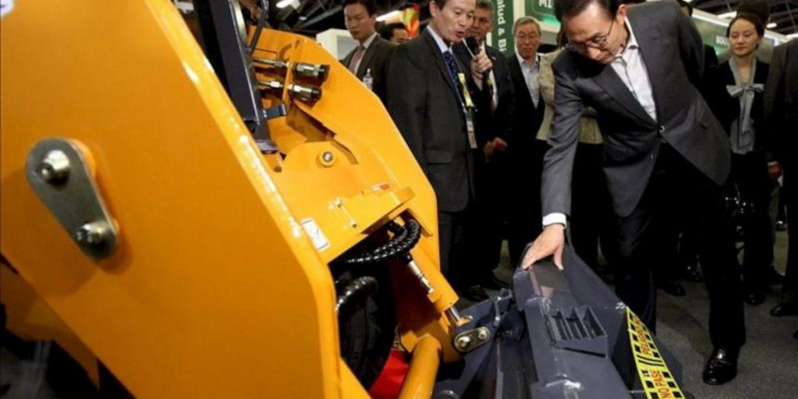 El presidente de Corea del Sur, Lee Muyng-Bak (c), visita el evento Expo Corea hoy en Bogotá (Colombia). EFE