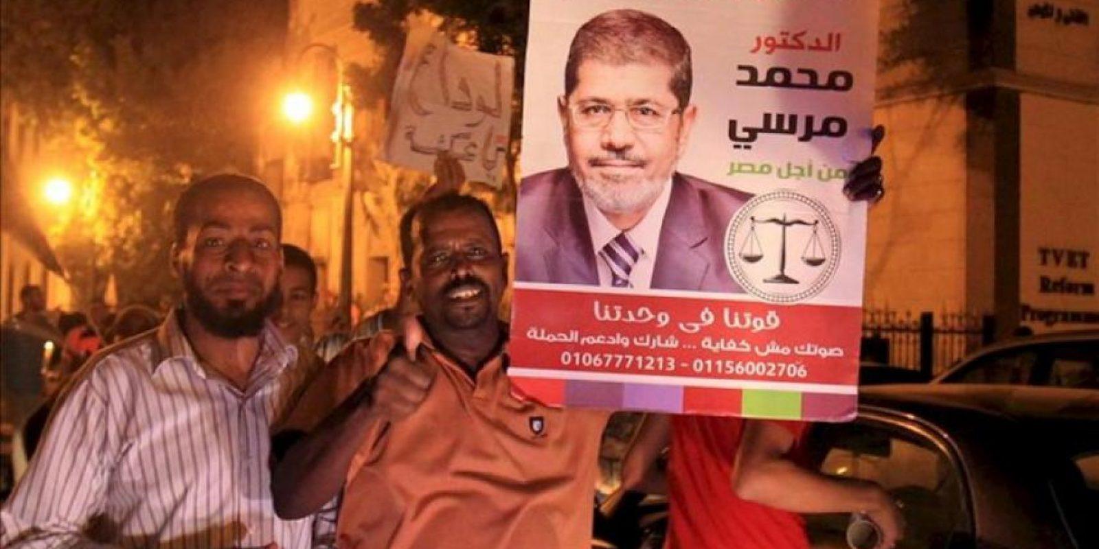 Seguidores del candidato de los Hermanos Musulmanes, Mohamed Mursi, celebran su victoria en las elecciones presidenciales en Egipto, celebradas ayer domingo 24 de junio. EFE
