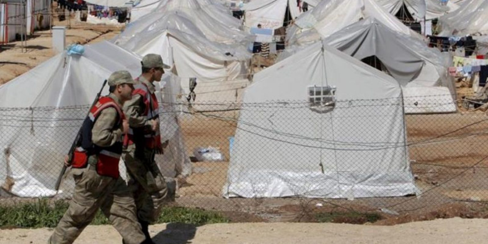 Soldados turcos hacen guardia en el campamento de Reyhanli, en Antakya, en el que miles de sirios se refugian de la situación en su país. EFE/Archivo