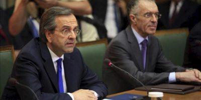 El nuevo primer ministro griego Antonis Samaras (i) y el nuevo ministro de Finanzas, Vassilis Rapanos (d) durante la primera reunión delgobierno heleno, en el parlamento en Atenas, Grecia, el pasado 21 de junio. EFE/Archivo