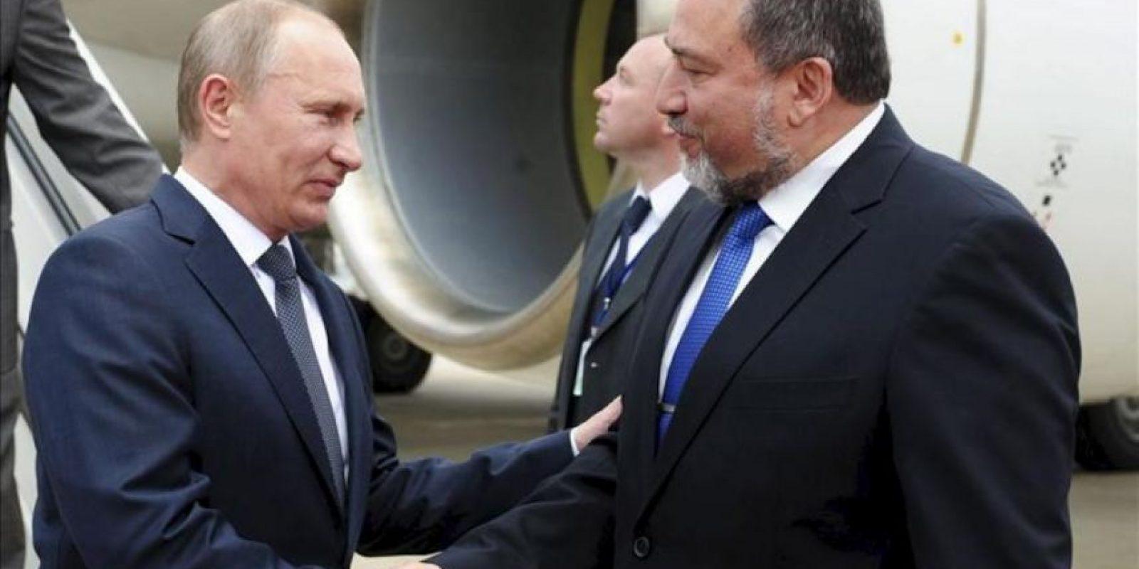 Imagen facilitada por el ministerio de Asuntos Exteriores israelí que muestra al presidente ruso, Vladimir Putin (i), y al ministro israelí de Exteriores, Avigdor Lieberman (der), a su llegada al aeropuerto de Ben Gurión, a las afueras de Tel Aviv, hoy lunes 25 de junio. EFE