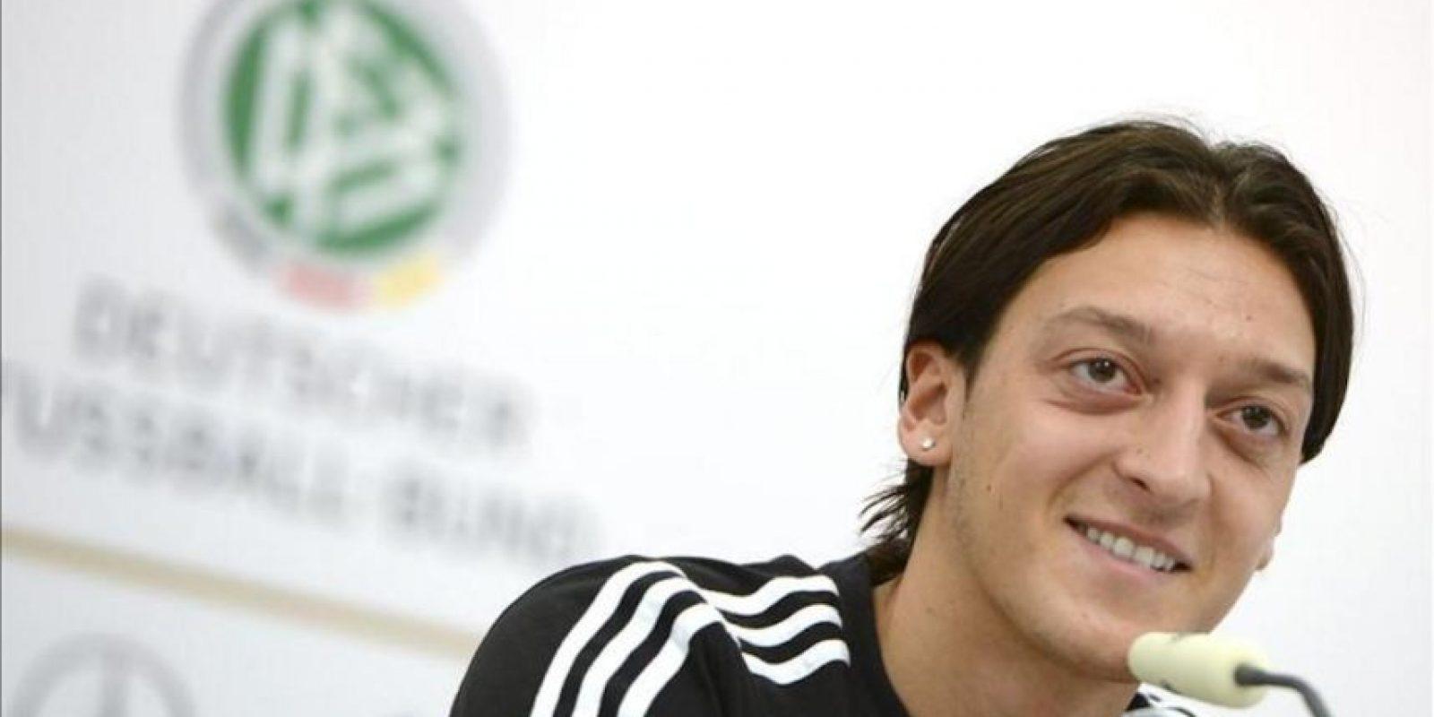 El jugador de la selección alemana de fútbol, Mesut Oezil, durante una rueda de prensa celebrada en Gdansk, Polonia, el 25 de junio de 2012. Alemania se enfrentará a Italia en un partido de semifinales de la Eurocopa 2012 el próximo 28 de junio. EFE