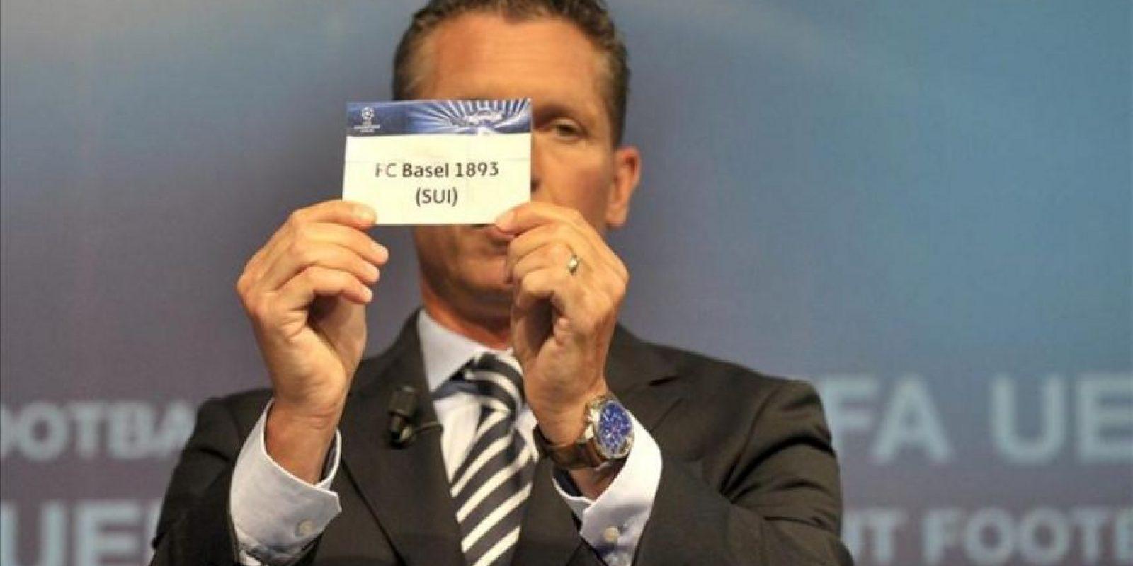 El director de competiciones de clubes de la UEFA, Michael Heselschwerdt, muestra la papeleta del Basilea suizo durante el sorteo de los emparejamientos de las dos primeras rondas de la Liga de Campeones y de la Liga Europa. EFE
