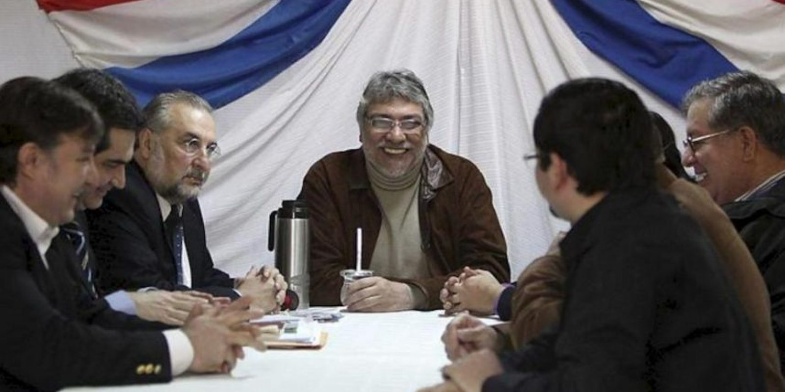 El destituido presidente de Paraguay Fernando Lugo (c) se reune con sus principales colaboradores hoy, 25 de junio en Asunción. EFE
