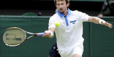 El español Juan Carlos Ferrero devuelve la bola al serbio Novak Djokovicdurante el partido que enfrentó a ambos en la primera ronda del Torneo de Wimbledon en el All England Club en Londres (Reino Unido). EFE