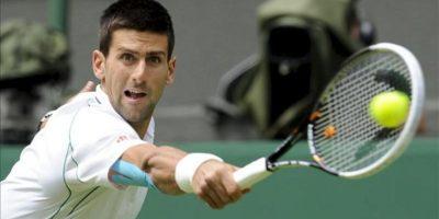 El serbio Novak Djokovic devuelve la bola al español Juan Carlos Ferrero durante el partido que enfrentó a ambos en la primera ronda del Torneo de Wimbledon en el All England Club en Londres (Reino Unido). EFE